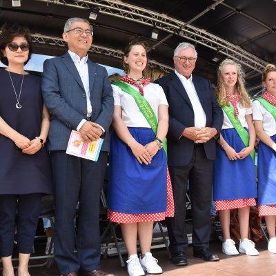 Burgemeester Marc Vanden Bussche, de Koreaanse delegatie, Mieke Garnaal en de eredames