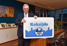 burgemeester Marc Vanden Bussche met bord Plezantste Gemeente