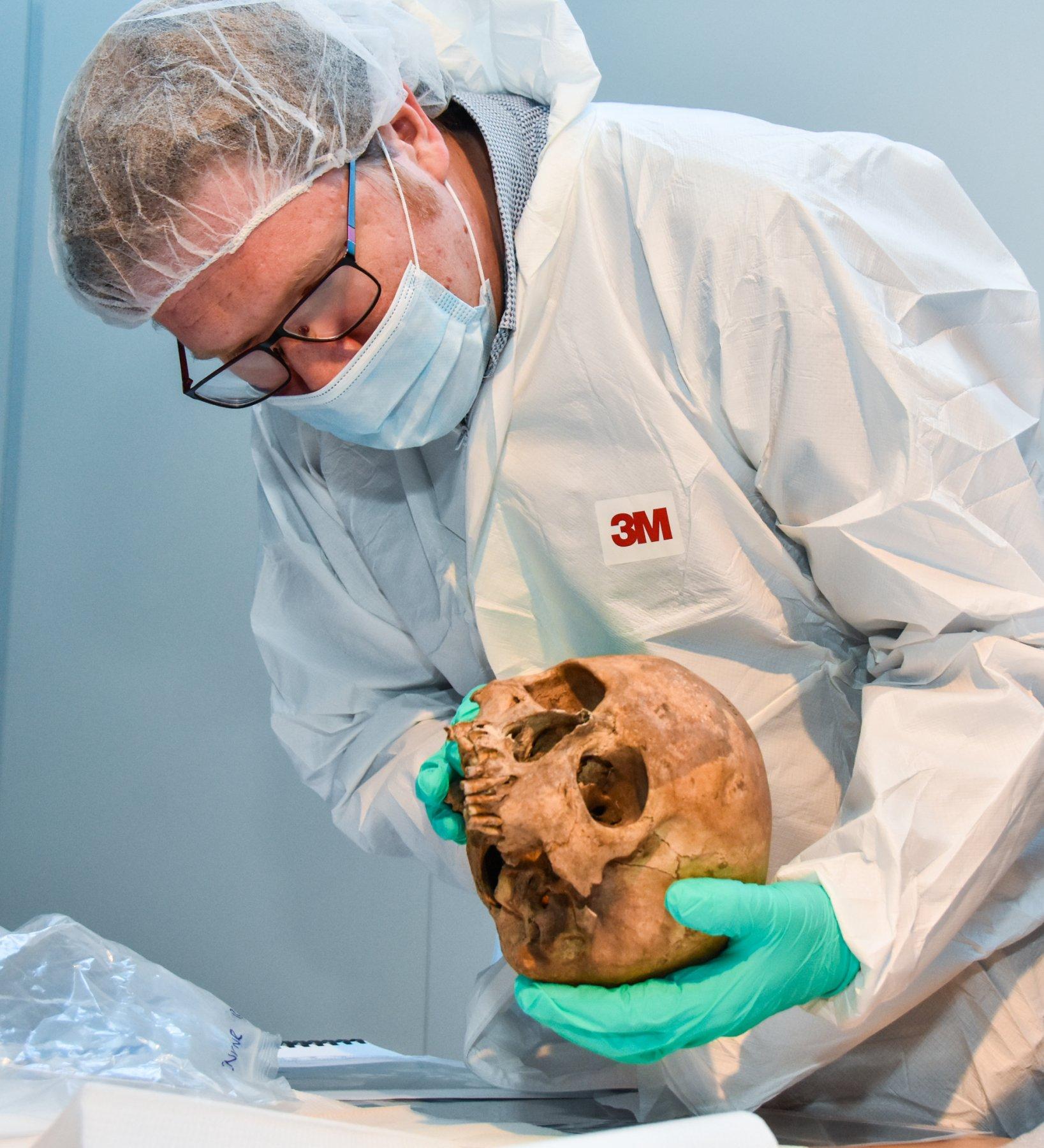 onderzoekers met schedel genetisch onderzoek