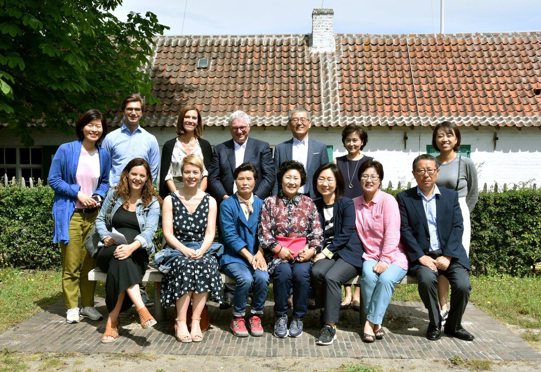 Groepsfoto met burgemeester Marc Vanden Bussche, zijn echtgenote Griet Van Waes, zijn zoon Simon Vanden Bussche en de Koreaanse delegatie